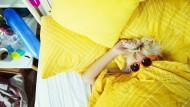 Was hilft aller Sonnenaufgang, wenn wir nicht aufstehen: Der Dauerschlaf wird hier zum Selbstexperiment.
