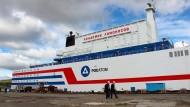 """Das schwimmende Atomkraftwerk """"Akademik Lomonossow"""" in einem Hafen der Stadt Murmansk."""