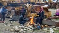 Menschen warten im Ostteil Aleppos darauf, in Sicherheit gebracht zu werden.