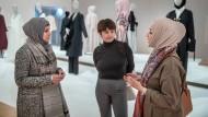 Durre Ajam Hübsch, Fatma Keser und Shafi Khan (v.l.n.r.) im Museum Angewandte Kunst in Frankfurt