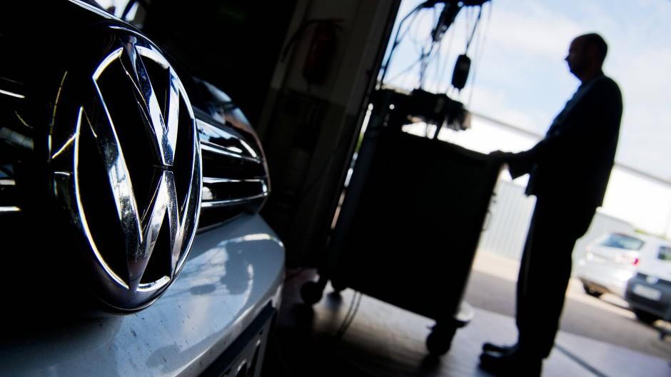 Ein Kfz-Meister lädt im Rahmen der Rückrufaktion zum Abgasskandal ein Software-Update auf einen Volkswagen Golf (Symbolbild).