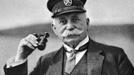 Zeitgenössische Aufnahme von Ferdinand Graf Zeppelin. Der Begründer des Starrluftschiffbaus starb im Alter von 69 Jahren in Berlin.
