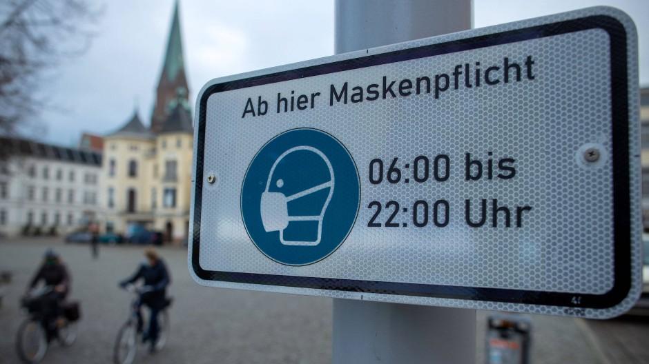 Hinweisschilder zur Maskenpflicht in der Schweriner Innenstadt