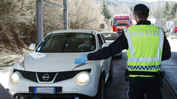 Lange Kolonnen durch Corona-Grenzkontrollen in Österreich