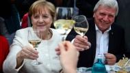 Prost Mahlzeit: Volker Bouffier sitzt an Merkels Seite. Doch wie lange noch?