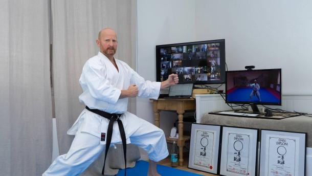 Kampfsportmatten und zwei große Bildschirme