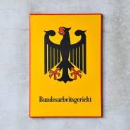 Thüringen, Erfurt: Das Behördenschild am Bundesarbeitsgericht (Archivbild).