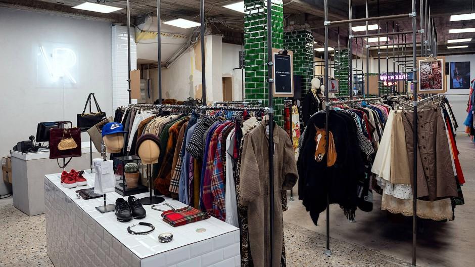 """Die Folgen der Textilproduktion betreffen uns alle. Vintage-Shopping, wie hier bei """"Vintage Revivals"""" in Frankfurt, liegt deshalb im Trend."""