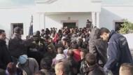 Tausende Ausländer flüchten nach Tunesien