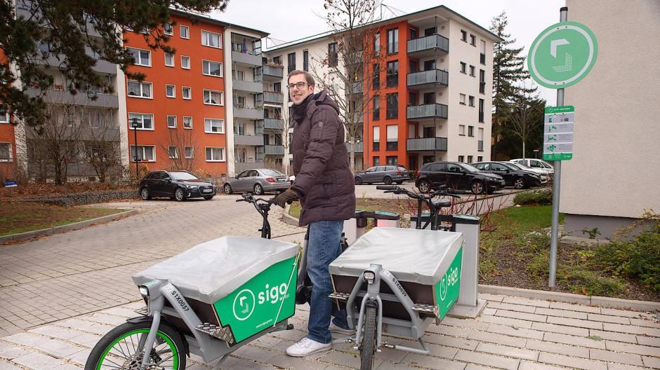 Ein Euro je 30 Minuten: Sigo-Gründer Tobias Lochen an einer Lastenrad-Station in Darmstadt