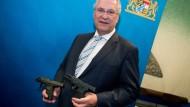 Nur das Beste für den Freistaat: Innenminister Hermann präsentiert mögliche neue Dienstwaffen.