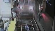 Betrunkene Frau stürzt vor Zug