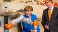 Hiergeblieben! Geht es nach der Bundeskanzlerin, soll Kuka in deutscher Hand bleiben.