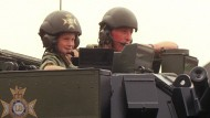 Schon von Kindesbeinen an wohlbehütet: Prinz Harry und sein Panzer.