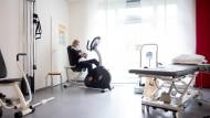 Eine Bewohnerin im Fitnessraum des Seniorenheims der Budge-Stiftung in Frankfurt.