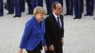 Merkel und Hollande gemeinsam: Auch wenn die beiden Staatsoberhäupter mit gutem Beispiel vorangehen, hat es Europa bislang nicht geschafft, eine gemeinsamen Sicherheitspolitik umzusetzen.