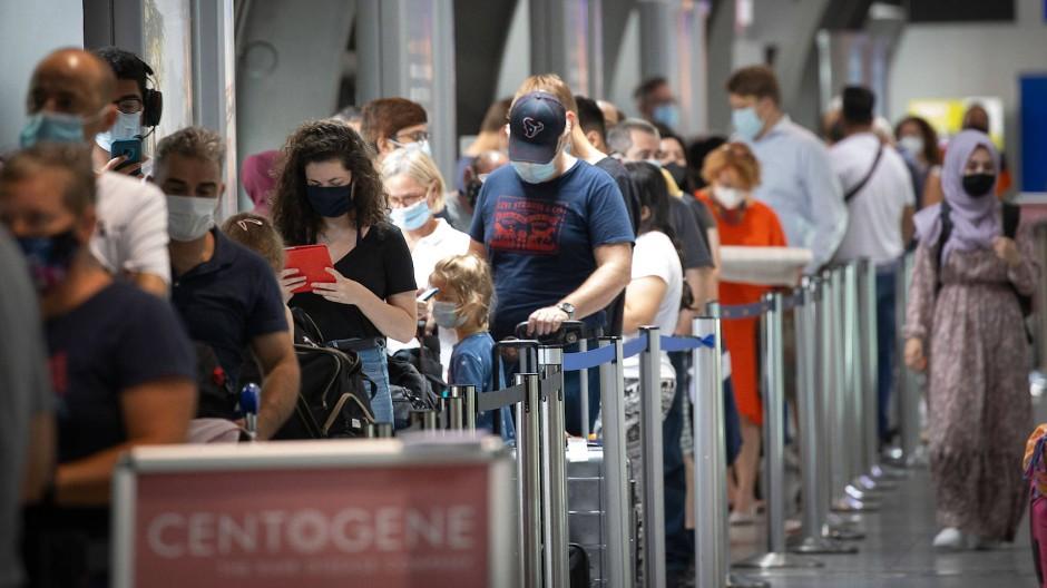 Lange Schlange vor dem Testzentrum: Reisenden und Bürger aus dem Umland warten auf den Abstrich.