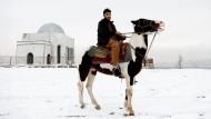 """Doktor Mohammad Jawed Momand, 22, posiert auf einem Pferd in Kabul. """"Frieden erfordert von jedem die Waffen niederzulegen und über die Bildung und den Wohlstand in unserem Land nachzudenken."""""""