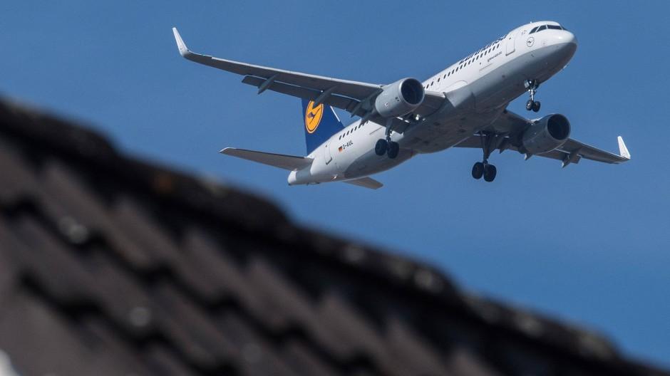 Über den Dächern vorbei: In Flörsheim am Main hat man eine besonders gute Aussicht auf die Passagiermaschinen.