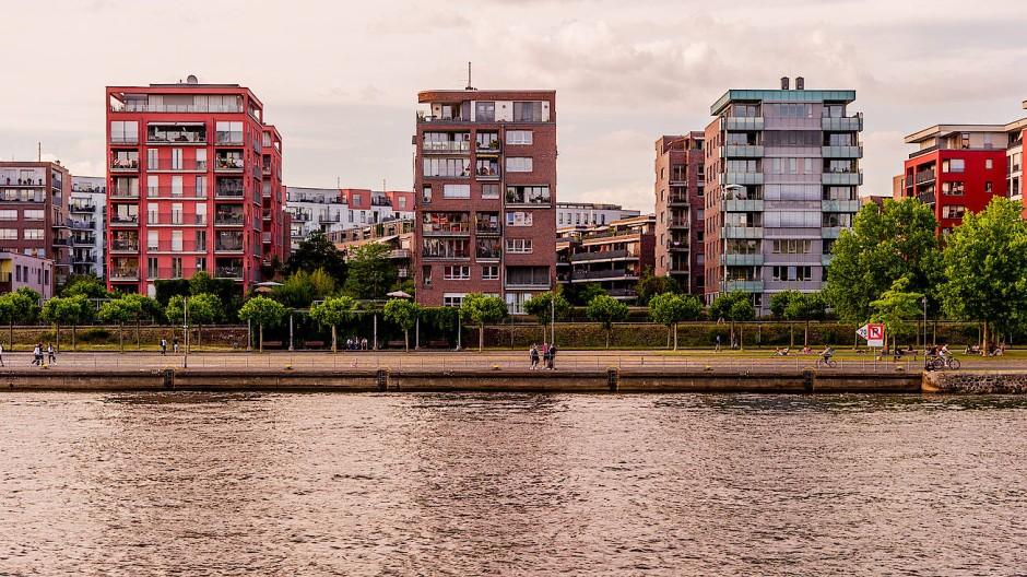 Besonders teurer Markt: In Frankfurt - hier der Blick auf das Hafenpark Quartier - sind die Angebotsmieten laut Statistik zuletzt wieder um 2 Prozent gestiegen.
