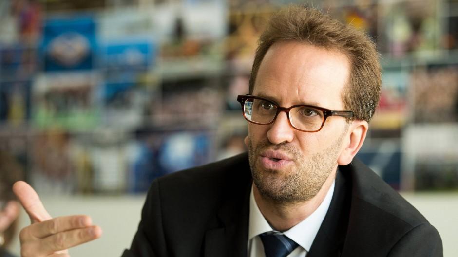 Klaus Müller, einst selbst grüner Landesminister und nun oberster Verbraucherschützer in Deutschland, präsentiert den Parteien einen Forderungskatalog.