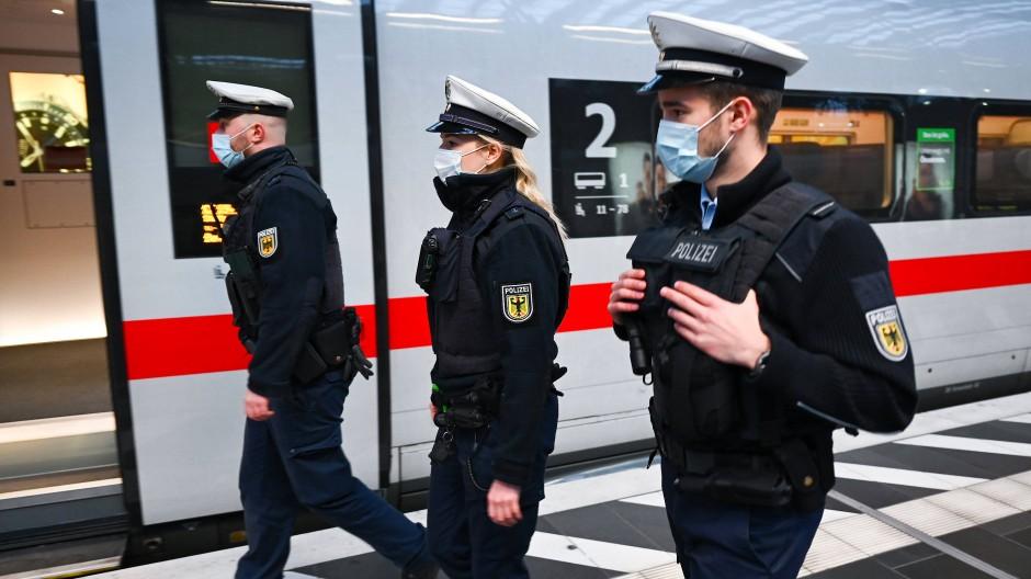 """Beim """"Maskenkontrolltag"""" wurden in Hessen kaum Verstöße gegen die Pflicht zur Mund-Nasen-Bedeckung festgestellt."""