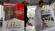 """Verboten: Die Vereinigung machte unter anderem mit den umstrittenen Koran-Verteilaktionen """"Lies!"""" auf sich aufmerksam - hier in Offenbach 2012"""