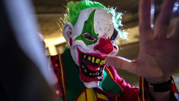Grusel-Clowns verletzen mehrere Passanten