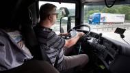 Arbeit und Wohnraum in einem: Fernfahrer Maik in seinem LKW