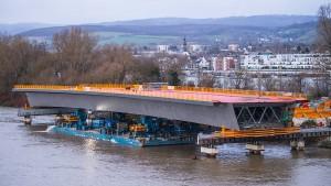 Riesiges Bauteil unterwegs zur Schiersteiner Brücke