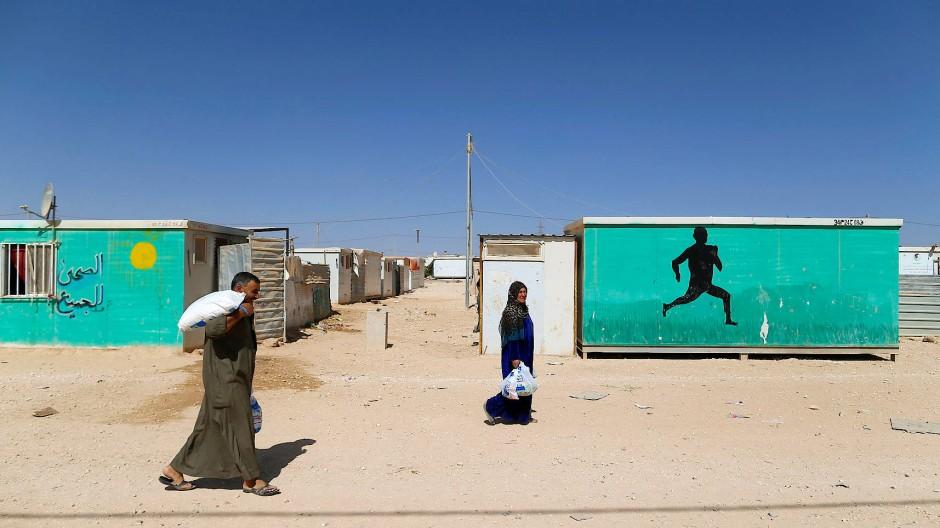 """Seit 2012 gibt es das Flüchtlingslager. Hilfsorganisationen bauen Fußballplätze und Schulen, """"Ärzte ohne Grenzen"""" hat ein Krankenhaus eingerichtet. Jeden Tag entstehen Kosten von einer halben Million Dollar."""