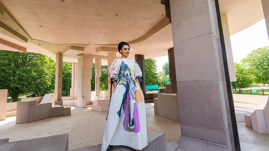 Architektin Sumayya Vally posiert im neuen Sommer-Pavillon am 8. Juni 2021.