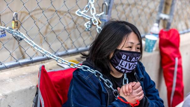 Aktivistin kettet sich an Gerichtszaun