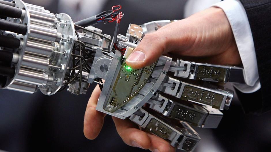 Häufige Frage heute: Wie gelingt es den Menschen, die Oberhand über die künstliche Intelligenz zu behalten?