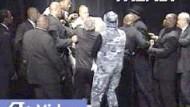 """""""Iron"""" Mike Tyson geht auf Lennox Lewis (mit Mütze) los"""