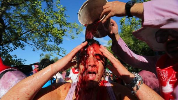 Spanier bekämpfen sich eimerweise mit Rotwein