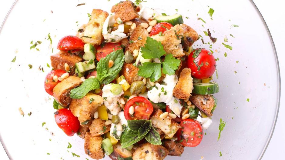Zweiter Gang: Das Weißbrot vom Vortag ist eine hervorragende Basis für einen italienischen Brotsalat.