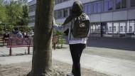 Muslimische Schülerin auf dem Schulhof des Städtischen Gymnasiums in Wuppertal-Vohwinkel. Wie sie wohl zur Debatte um ein Kopftuchverbot steht?