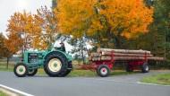 Länge läuft: Maschinenbau-Ingenieur Erwin Bezold holt mit dem MAN-Traktor Stammholz aus dem Walz, denn die Klassiker brauchen Bewegung. In den sechziger Jahren stellte MAN den Traktorbau ein.