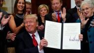 Regieren per Erlass: Donald Trump präsentiert das unterschriebene Dekret.