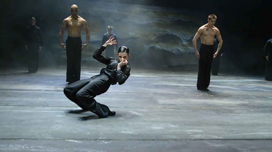 """Szene der Uraufführung von """"Der Liebhaber"""", Ballett von Marco Goecke, frei nach Marguerite Duras"""