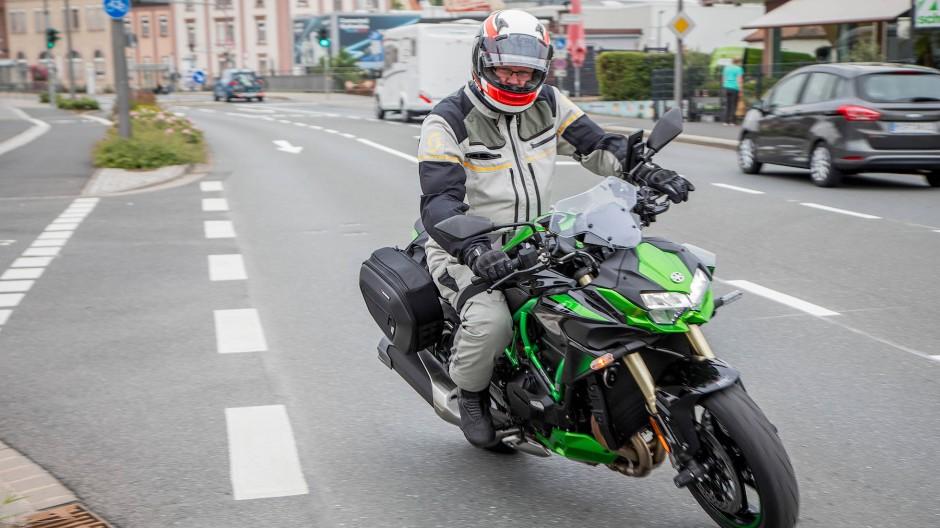 Sie kommen: Ein Motorradfahrer kurvt durch Lohr.