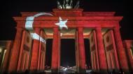 Solidarität mit den Opfern des Anschlags auf den Istanbuler Klub am Neujahrstag: Das Brandenburger Tor in Berlin am Montagabend - in den türkischen Nationalfarben.