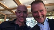Amazon-Chef Jeff Bezos und der Vorstandsvorsitzende von Volkswagen Herbert Diess.