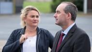 Unterstützung aus Bayern: Mit Cathleen Martin, der Spitzenkandidatin der sächsischen Freien Wähler, ist der stellvertretende bayerische Ministerpräsident Hubert Aiwanger auf Wahlkampftour in Altenberg.