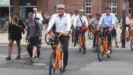 Der Oberbürgermeister von Wiesbaden Sven Gerich unterwegs auf den Leihfahrräder.