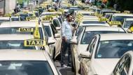Kampf gegen unliebsame Konkurrenz: Taxifahrer protestieren in Frankfurt gegen Uber.