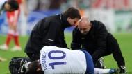 Rooney verlässt München auf Krücken