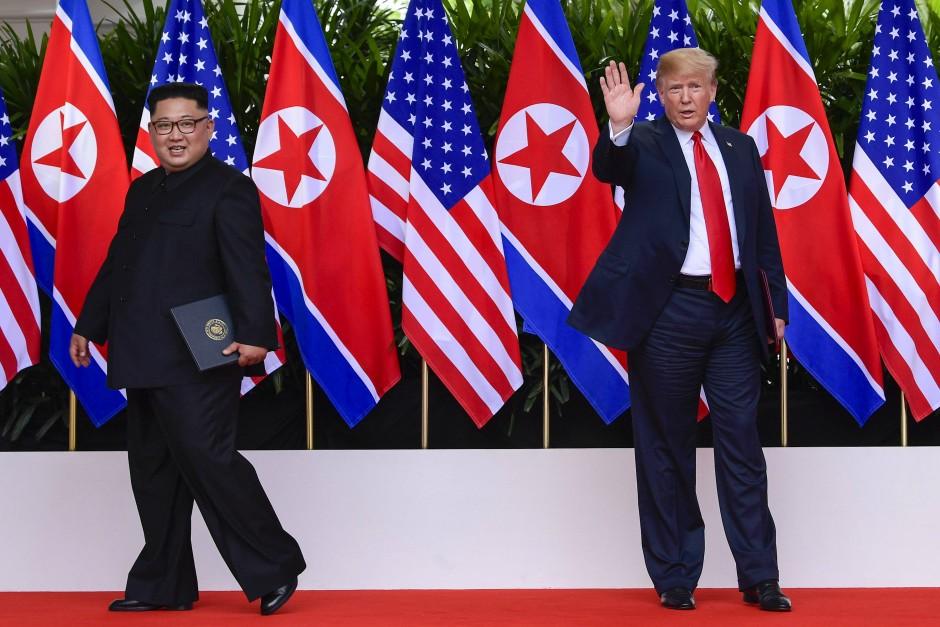 Inszenierung vor sorgsam drapierten Fahnen: Kim Jong-un und Donald Trump