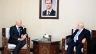 UN-Vermittler Staffan de Mistura (l.) - hier bei einem Treffen mit dem syrischen Vizeregierungschef Walid al-Moallem vor wenigen Tagen in Damaskus